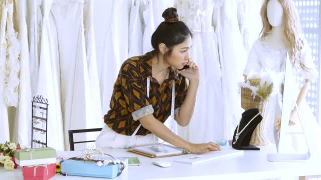 デザイナーのウェディング ドレス店で働いて - ウェディングドレス点の映像素材/bロール
