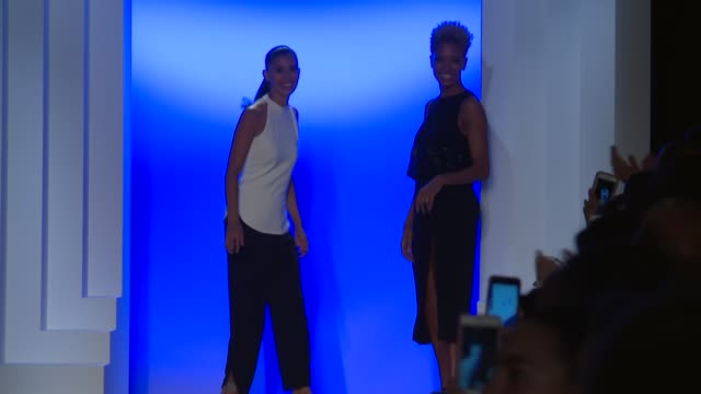 stockvideo's en b-roll-footage met designers carly cushnie and michelle ochs walk the runway at cushnie et ochs september 2016 new york fashion week at the dock skylight at moynihan... - moynihan station