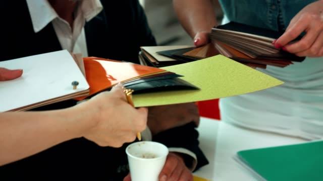 designer vergleichen proben - coworking space stock-videos und b-roll-filmmaterial