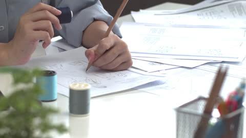 designerns handteckning med penna på papper - hot desking bildbanksvideor och videomaterial från bakom kulisserna
