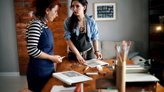 designer in druckgrafik workshop - designer einrichtung stock-videos und b-roll-filmmaterial
