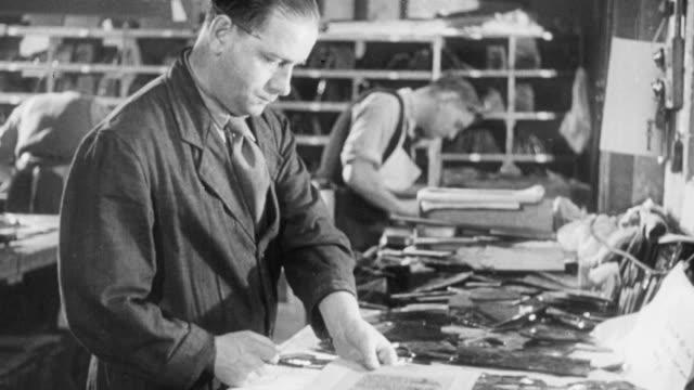 vídeos y material grabado en eventos de stock de 1951 montage designers making stained glass / united kingdom - vidriera de colores