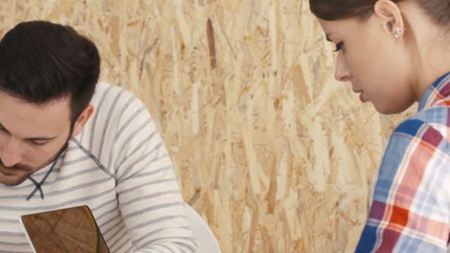デザイナーのデザインスタジオで働く - 製図板点の映像素材/bロール