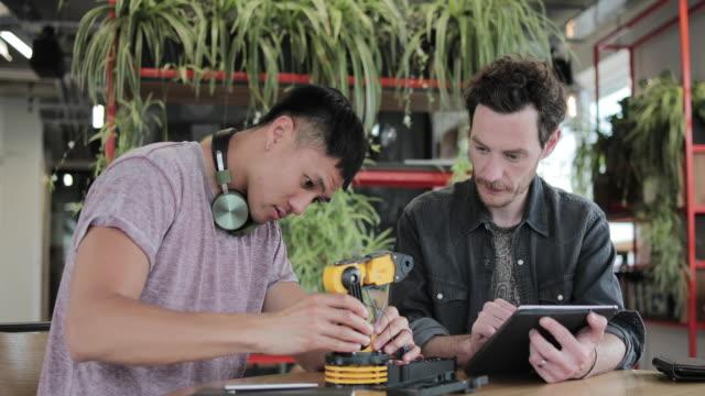 vídeos de stock e filmes b-roll de designers working on a robotic arm - nerd
