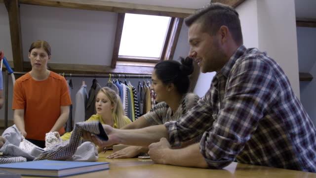 新しいファッションデザイン - 生地サンプル点の映像素材/bロール