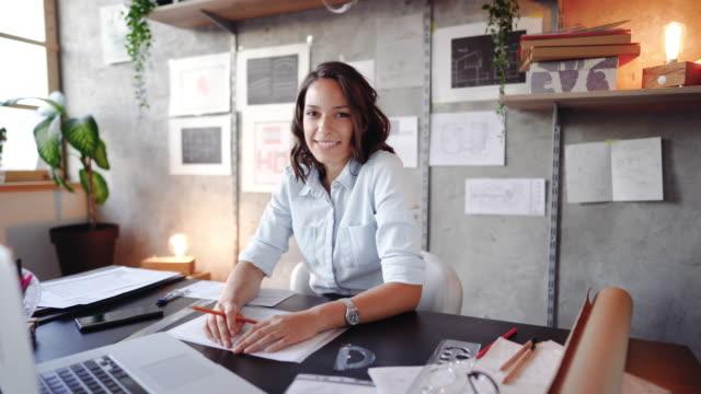 vídeos de stock e filmes b-roll de designing with a smile - designer grafico