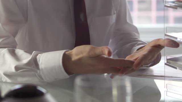 vídeos de stock e filmes b-roll de secretária mãos de bs - apontar sinal manual