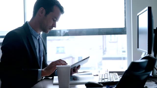stockvideo's en b-roll-footage met desk man tablet - effectiviteit