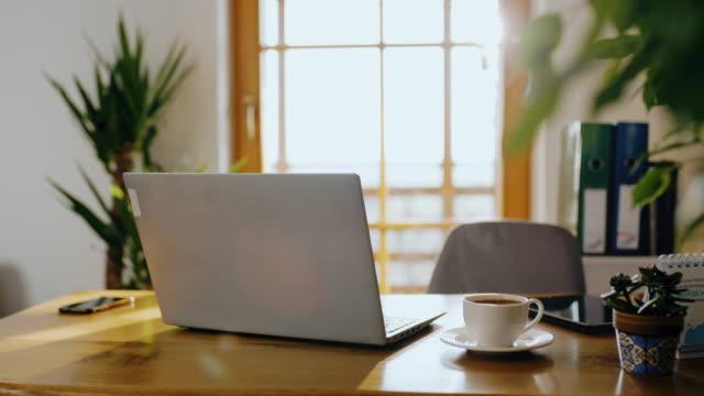 ds desk während der selbstisolationszeit arbeitsbereit - desk stock-videos und b-roll-filmmaterial