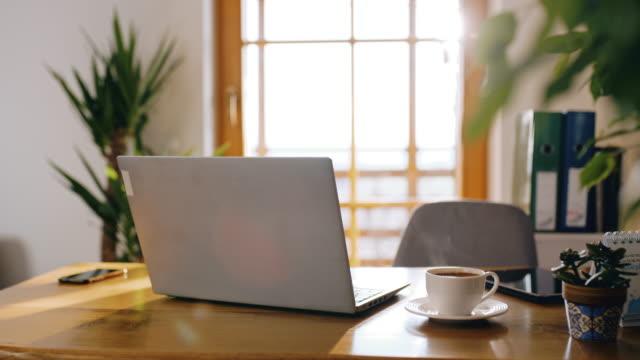 ws desk pronto per il lavoro durante il tempo di autoisolamento - study video stock e b–roll