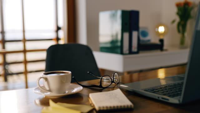 ds desk bereit für die arbeit von zu hause aus während der selbstisolationszeit - schreibtisch stock-videos und b-roll-filmmaterial