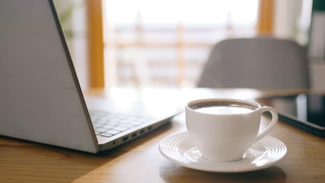 dsデスクは、自己分離時間中に自宅で作業する準備ができています - coffee cup点の映像素材/bロール