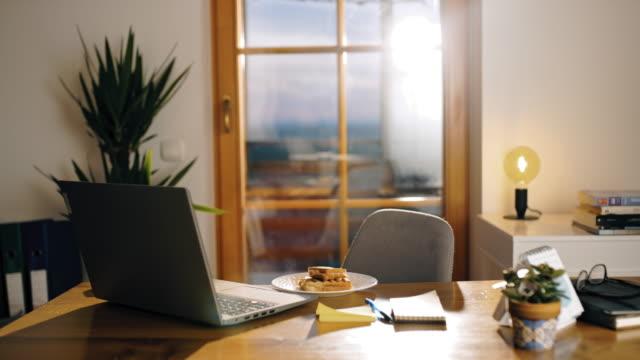 vidéos et rushes de ds desk prêt pour travailler de la maison le matin - chaise de bureau