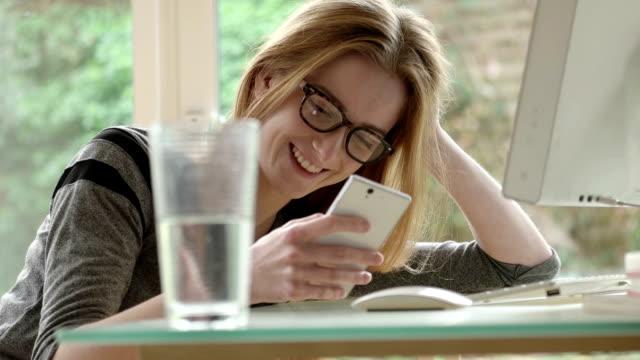 Desk text spectacles      CM  DE