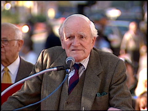 desmond llewelyn at the dediction of pierce brosnan's walk of fame star at the hollywood walk of fame in hollywood, california on december 3, 1997. - ピアース・ブロスナン点の映像素材/bロール