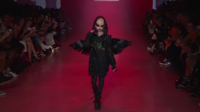 desmond napoles walks the runway at disney villains x the blonds runway september 2018 new york fashion week the shows at gallery i at spring studios... - schurke stock-videos und b-roll-filmmaterial