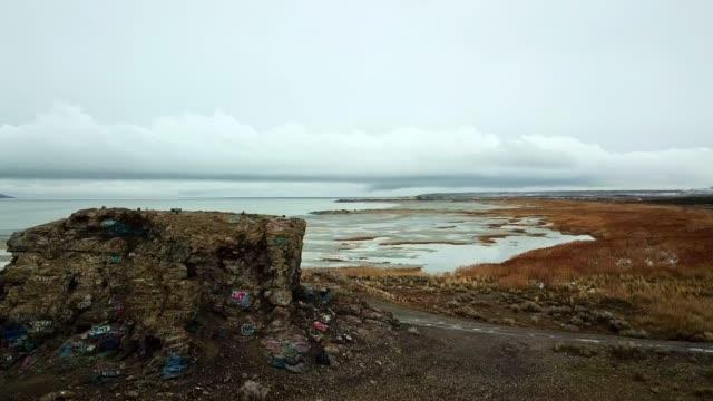 荒廃した桟橋と荒涼とした冬グレートソルトレイクドローン空中映像 - 桟橋点の映像素材/bロール