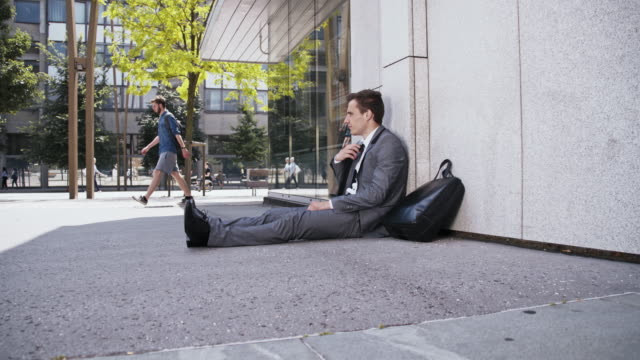 vídeos de stock e filmes b-roll de desesperado empresário perdido o seu trabalho - procurar emprego