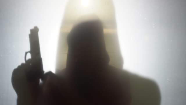 uomo disperato si suicida con pistola, disperazione - morte video stock e b–roll
