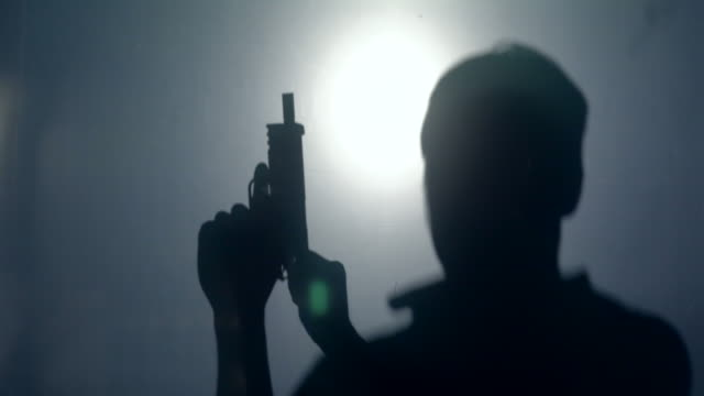 verzweifelter mann selbstmord durch eine waffe - execution stock-videos und b-roll-filmmaterial