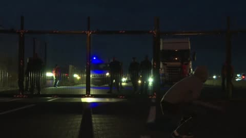 desperate migrants in northern france try to reach england via the channel tunnel with attempts to penetrate the sprawling eurotunnel site spiking in... - eurotunnel folkestone stock-videos und b-roll-filmmaterial