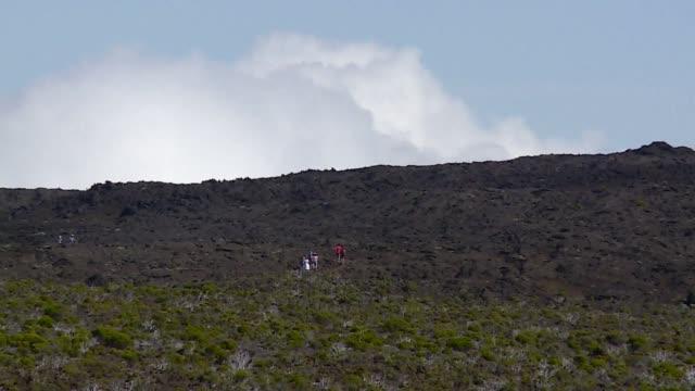 vídeos de stock, filmes e b-roll de despite an eruption tourists are still able to visit the piton de la fournaise volcano on the indian ocean island of réunion with volcanologists... - ilhas mascarene