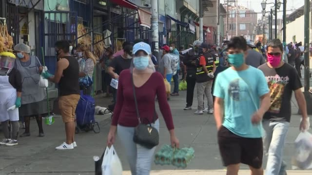 stockvideo's en b-roll-footage met despite the quarantine and the new coronavirus peruvians continue to gather at food markets in the capital even though this can increase their risk... - peruaanse etniciteit