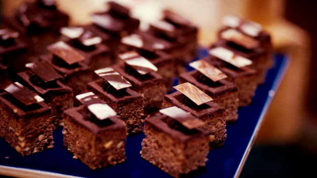 vídeos de stock, filmes e b-roll de buffet de sobremesas com pedaços de brownie de chocolate. - buffet refeições