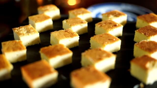 vídeos de stock e filmes b-roll de dessert buffet with delicious sweet bakery. - banquete