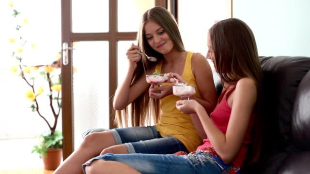 dessert auf der spaß-party - teenager alter stock-videos und b-roll-filmmaterial