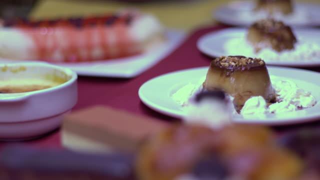 stockvideo's en b-roll-footage met desserts in a restaurant - silvestre