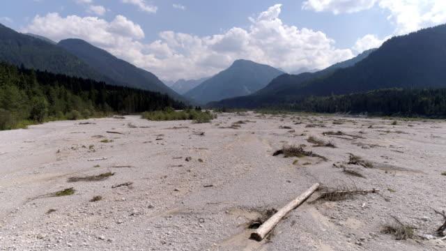getrockneten flussbett im sommer - dry stock-videos und b-roll-filmmaterial