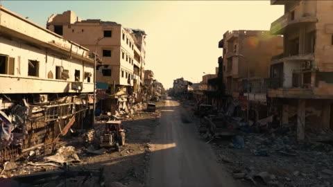 vidéos et rushes de destroyed buildings caused by war - conflit