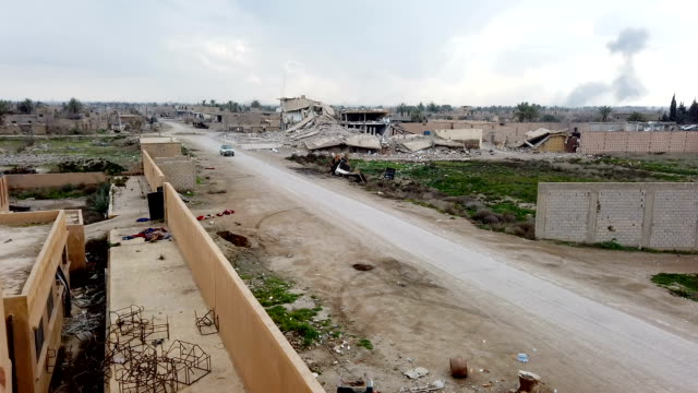vidéos et rushes de destroyed buildings on the outskirts of bagouz on february 10 2019 in bagouz syria usled coalition airstrikes continued across bagouz as the syrian... - ruiné