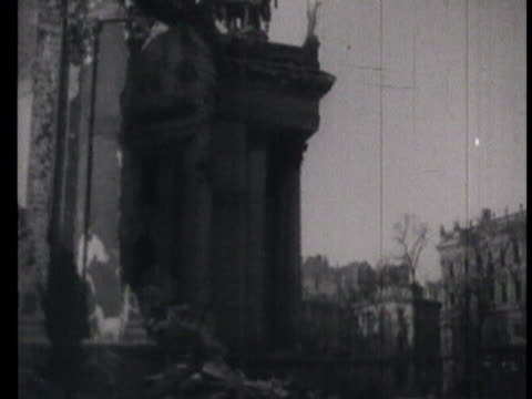 vidéos et rushes de destroyed buildings university theater queen palace adolf hitler platz tram pedestal monument of copernic tadeusz kosciuszka and frederic chopin... - 1945
