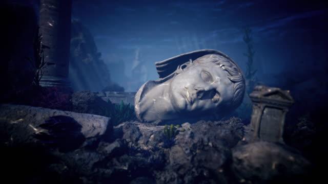 zerstörte säulen, gebäude und stücke einer statue auf dem meeresboden - sculpture stock-videos und b-roll-filmmaterial