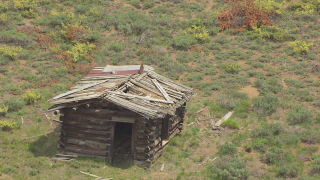 CU AERIAL Destroyed log cabin in Hells Canyon / Idaho, United States