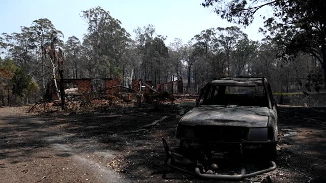 stockvideo's en b-roll-footage met destroyed vehicle following bushfire damage is seen on breakneck road on november 13, 2019 near taree, australia. catastrophic fire conditions - the... - sydney australië