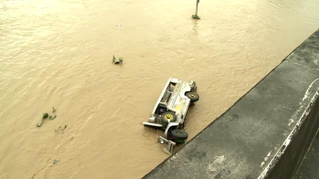 vídeos y material grabado en eventos de stock de destroyed vehicle in deadly flood waters in manila philippines - derribado