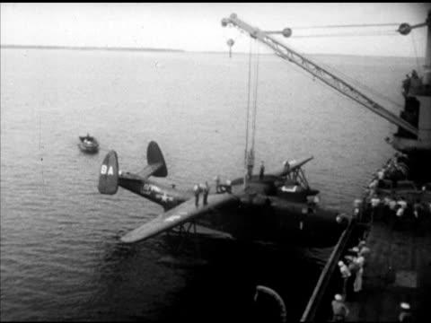 vidéos et rushes de destroyer w/ escorts. vs us navy 7th fleet martin pbm 'mariner' patrol bomber flying boat attached to crane on ship, pilot giving 'thumb's up'... - vaisseau de guerre