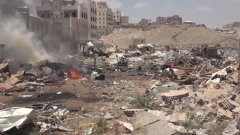 vidéos et rushes de destruction after houthi rebel controlled warehouse exploded next to public school in sana'a, yemen - conflit