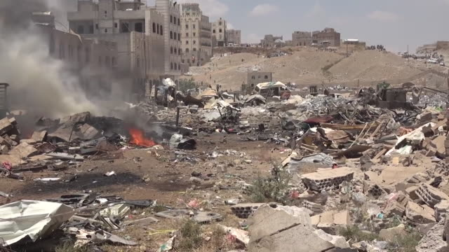 vidéos et rushes de destruction after houthi rebel controlled warehouse exploded next to public school in sana'a, yemen - bombardement