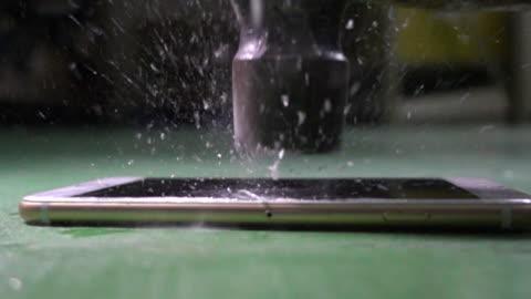 vídeos y material grabado en eventos de stock de destrucción de un teléfono celular con un martillo, seguridad de datos - pantalla de cristal líquido
