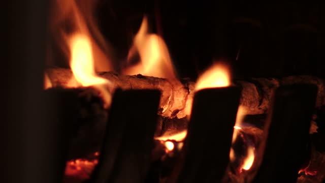 detail feuer kamin - brennbar stock-videos und b-roll-filmmaterial