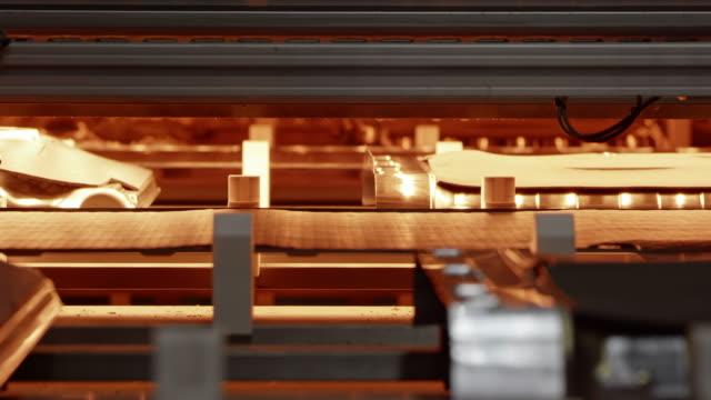 vidéos et rushes de ld détail d'une machine d'usine en opération - slovénie