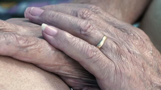 vídeos y material grabado en eventos de stock de cu detail of a senior man's hand with a wedding ring. - cabello canoso