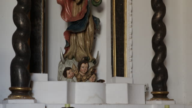 detail of a statue of a woman wearing a crown with a cross and three putti at her feetthe statute is standing under an arch decorated with barok... - christian ender stock-videos und b-roll-filmmaterial