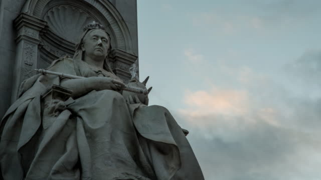 detail of a statue of queen victoria on the queen victoria memorial in front of buckingham palace - britisches königshaus stock-videos und b-roll-filmmaterial