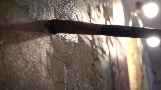 detail of artist painting canvas, in studio - pennello video stock e b–roll