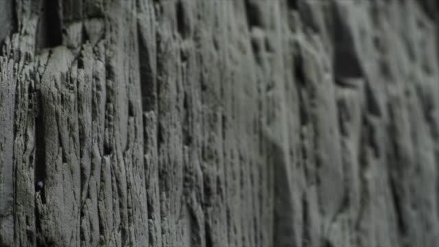 vidéos et rushes de detail of basalt stack columns at reynisdrangar, iceland, europe. - minéraux